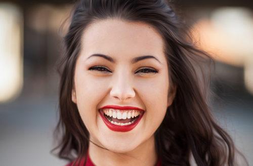 Mujer sonriendo con dientes blancos