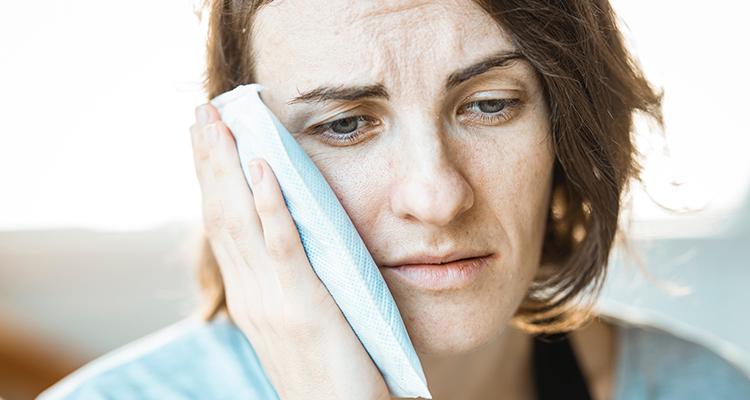 Mujer aquejada de dolor en los dientes